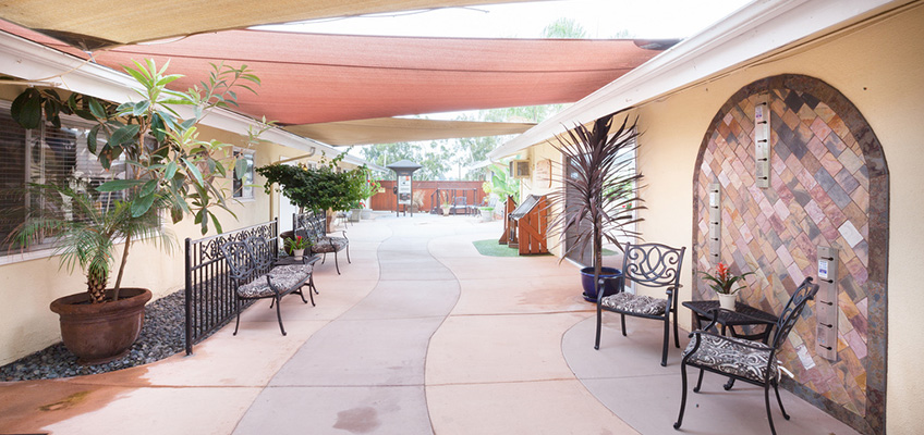 la mesa courtyard are with outside chairs and covered