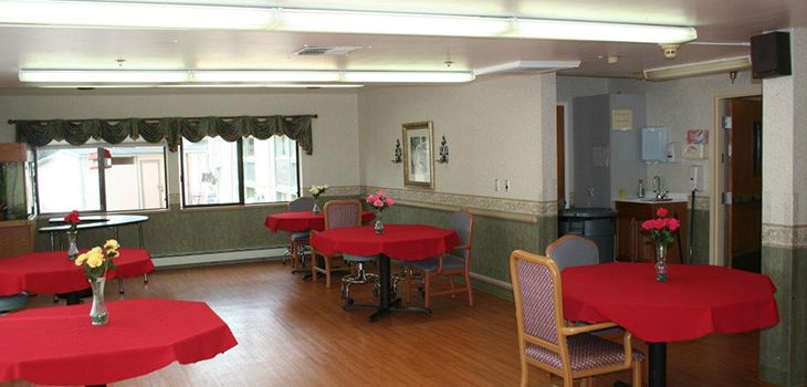 dining room with red tablecloths